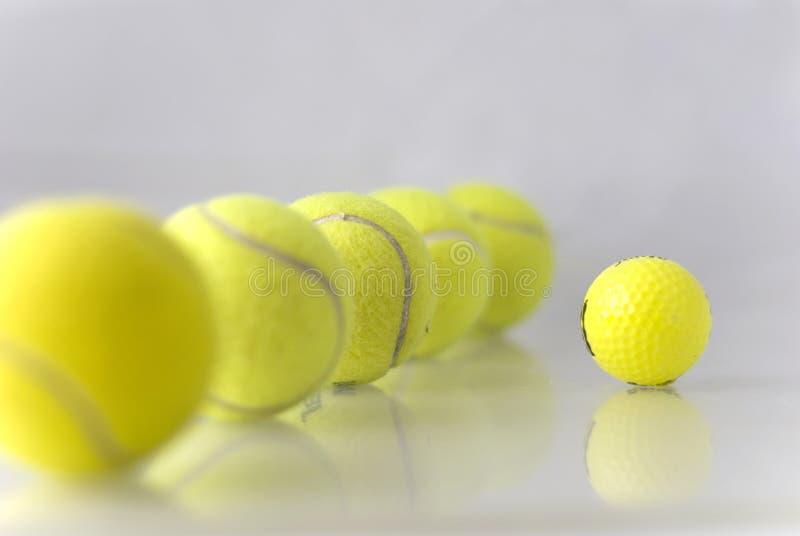 Cinco pelotas de tenis fotografía de archivo libre de regalías