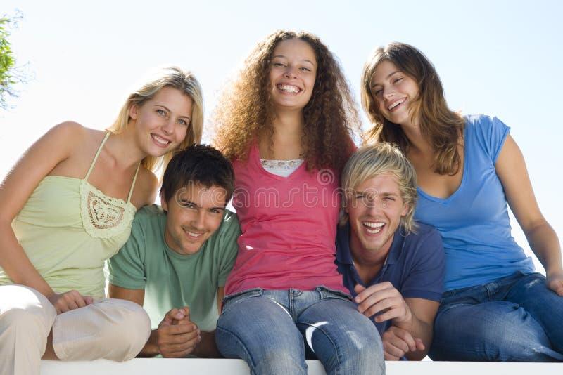 Cinco personas en la sonrisa del balcón imagen de archivo libre de regalías