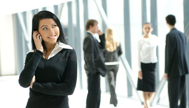 Cinco pessoas do negócio estão trabalhando em um escritório imagem de stock royalty free