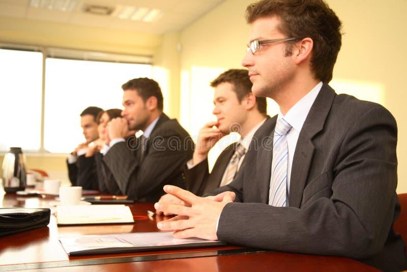 Cinco pessoas em uma conferência fotos de stock royalty free