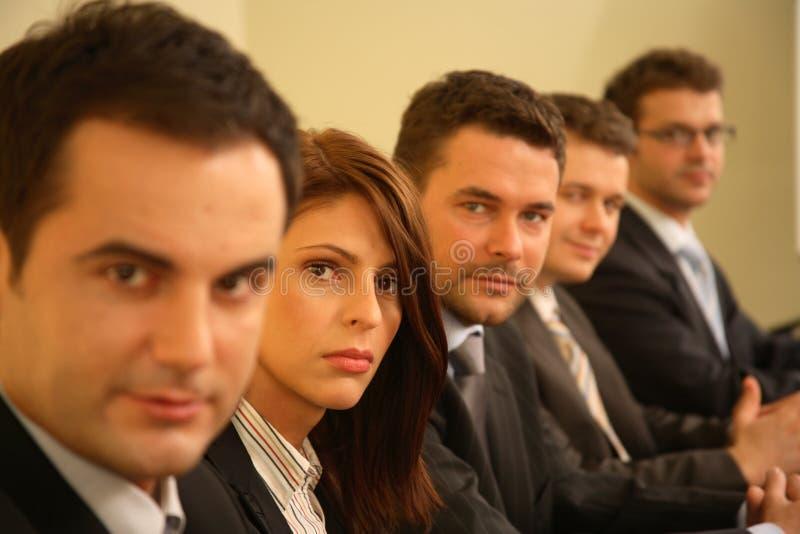 Cinco pessoas em uma conferência - retrato do negócio imagens de stock