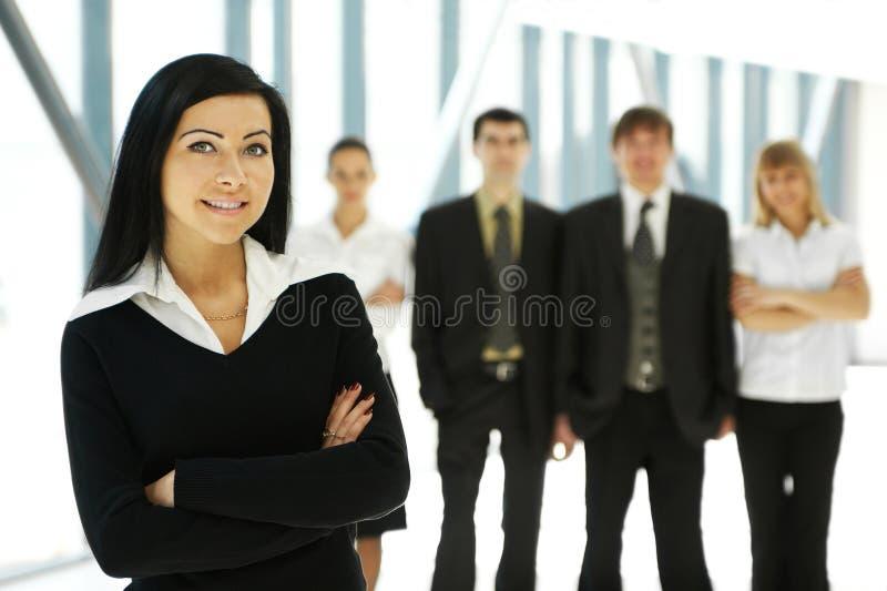 Cinco pessoas novas do negócio estão estando em equipa foto de stock royalty free