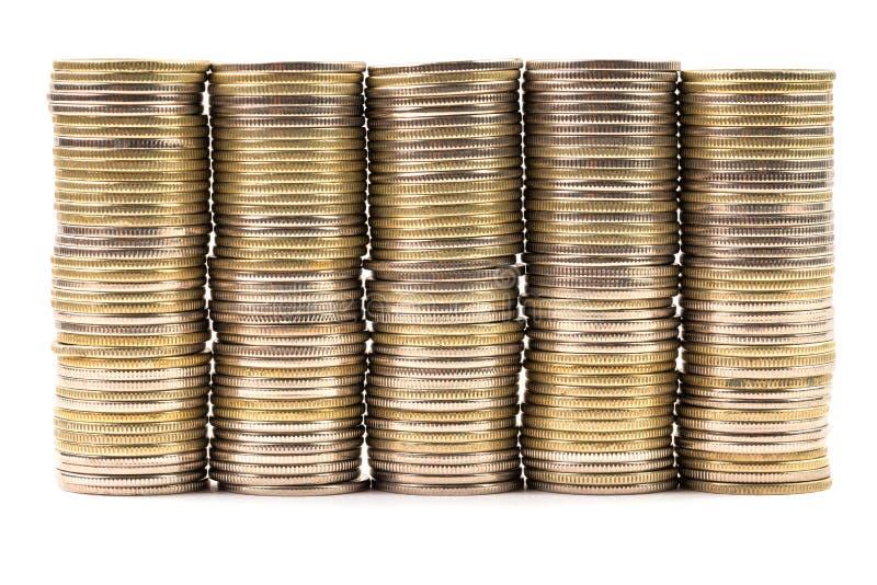 Cinco pilas iguales de monedas combinadas en una pared aislada en el fondo blanco Símbolo de la anualidad o del nivel plano fotos de archivo libres de regalías