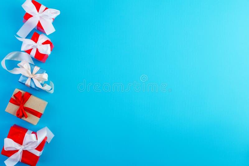 Cinco presentes en fondo azul imagenes de archivo