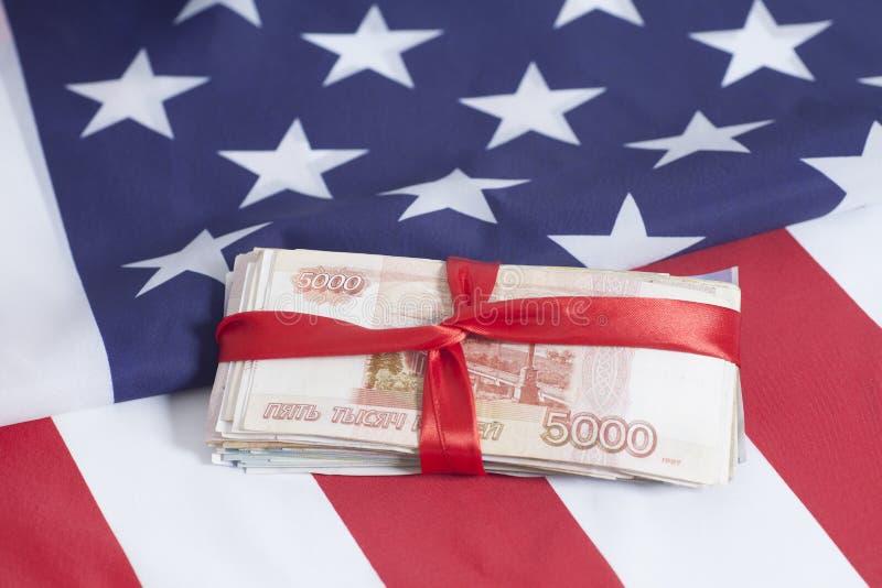 Cinco rublos de los millares en fondo de la bandera americana imagen de archivo