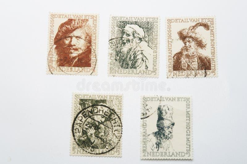 Cinco selos de porte postal velhos diferentes de Rembrandt foto de stock royalty free