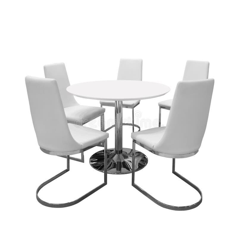 Cinco sillas blancas suaves alrededor de la tabla blanca circular con nadie, aislado en el fondo blanco imágenes de archivo libres de regalías