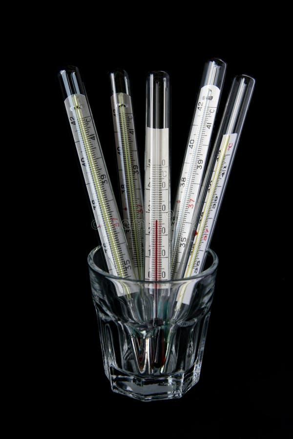 Cinco termômetros no vidro fotos de stock