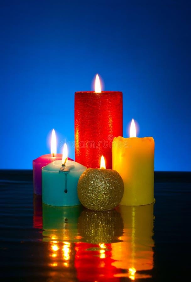 Cinco velas coloridas ardiendo imágenes de archivo libres de regalías