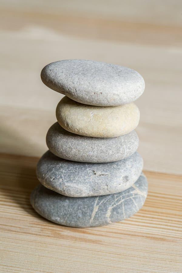 Cinco ZENES Stone del balneario apilados en un fondo de madera fotos de archivo libres de regalías