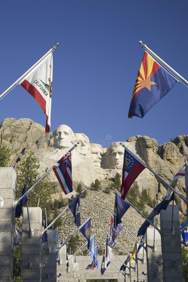 Cincuenta banderas del estado que alinean la calzada a la terraza magnífica