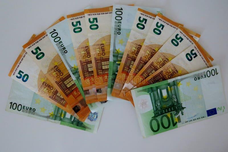Cincuenta y cientos euros en un fondo blanco imagen de archivo libre de regalías