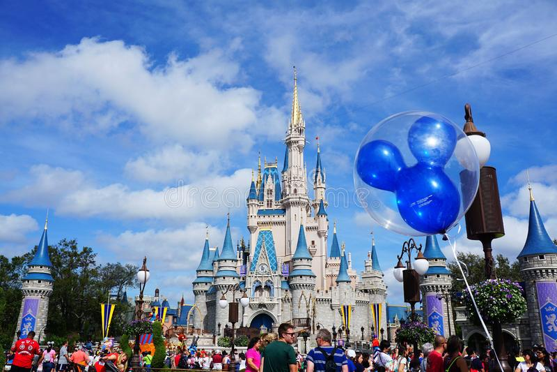 Cinderella Castle med en Mickey Mouse Ballon royaltyfria bilder