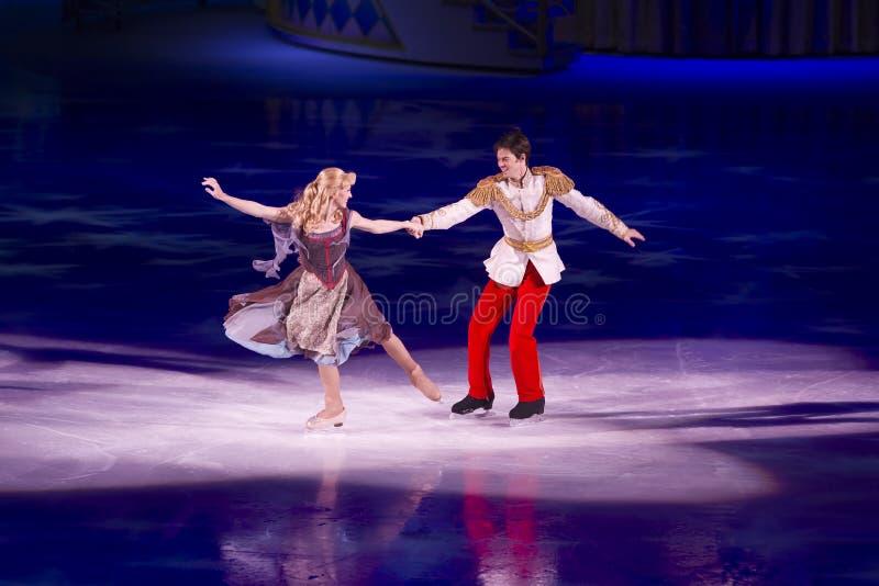 Cinderella E Príncipe Encantamento Disney No Gelo Foto Editorial