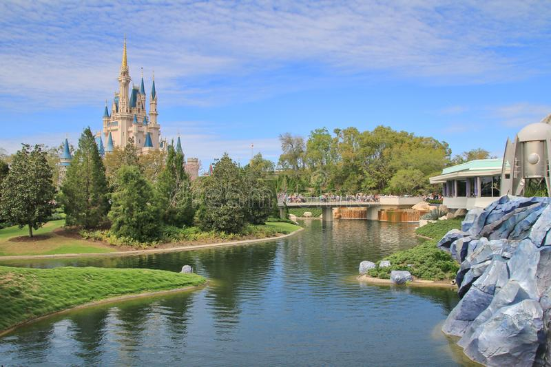 Cinderellas slott på det magiska kungariket royaltyfri fotografi