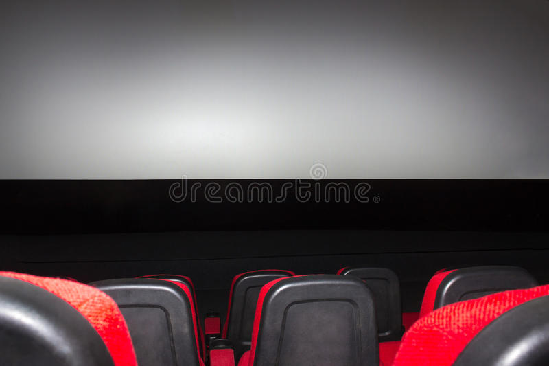 Cine vacío con los asientos rojos imagen de archivo