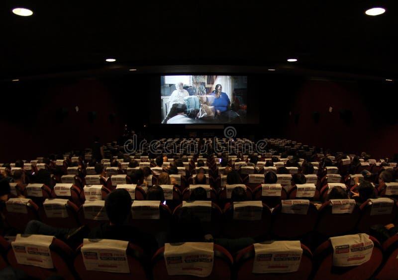 Cinema completamente dos povos que olham um filme fotos de stock