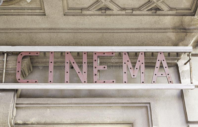 Cinema do sinal na cidade imagem de stock