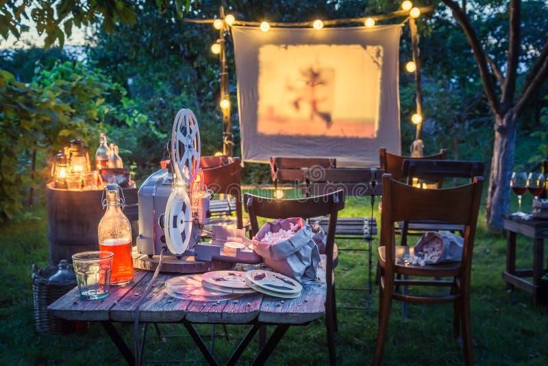 Cinema do verão com bebidas e pipoca na noite imagem de stock royalty free