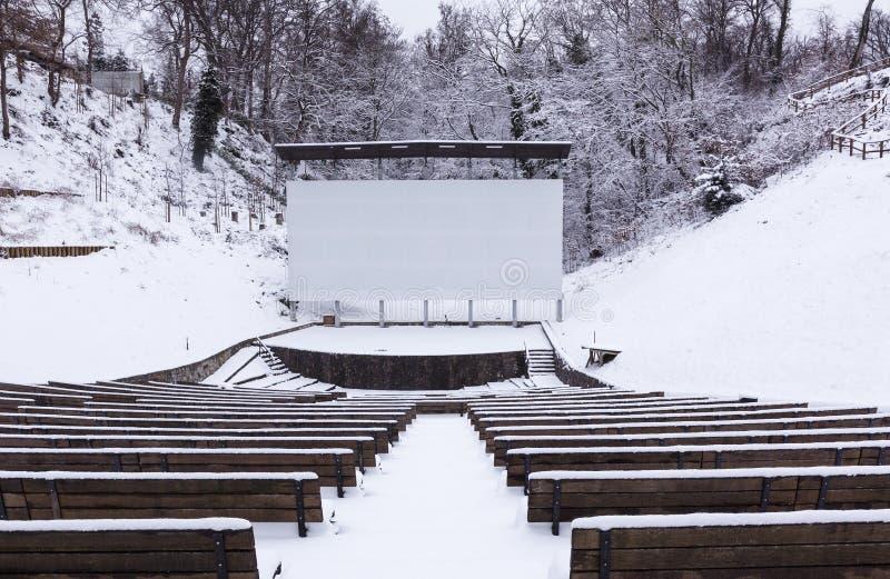 Cinema do verão no tempo de inverno imagem de stock