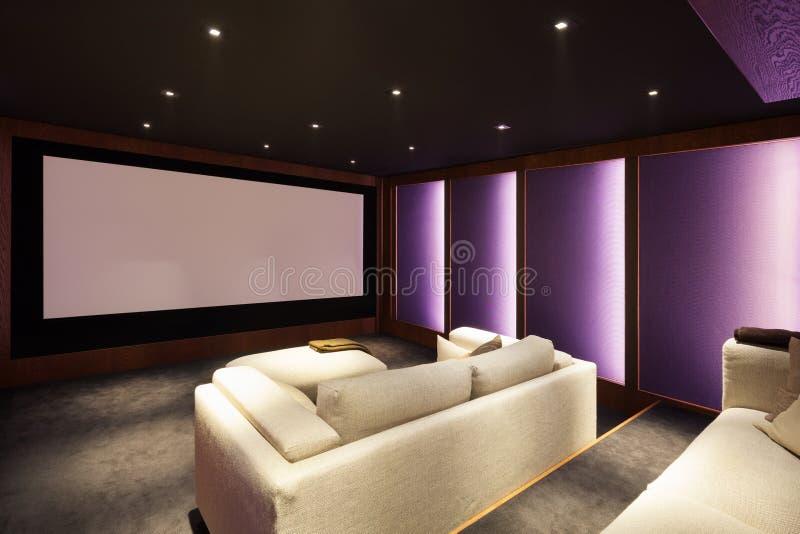 Cinema em casa, interior luxuoso foto de stock royalty free