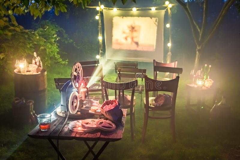 Cinema pequeno com o projetor retro no jardim fotografia de stock royalty free