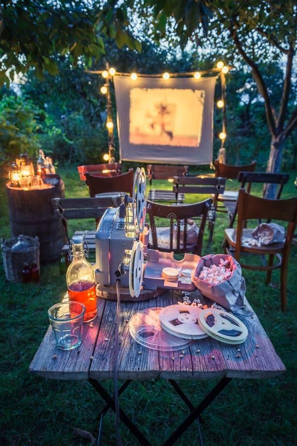 Cinema pequeno com os filmes análogos velhos no jardim do verão fotografia de stock