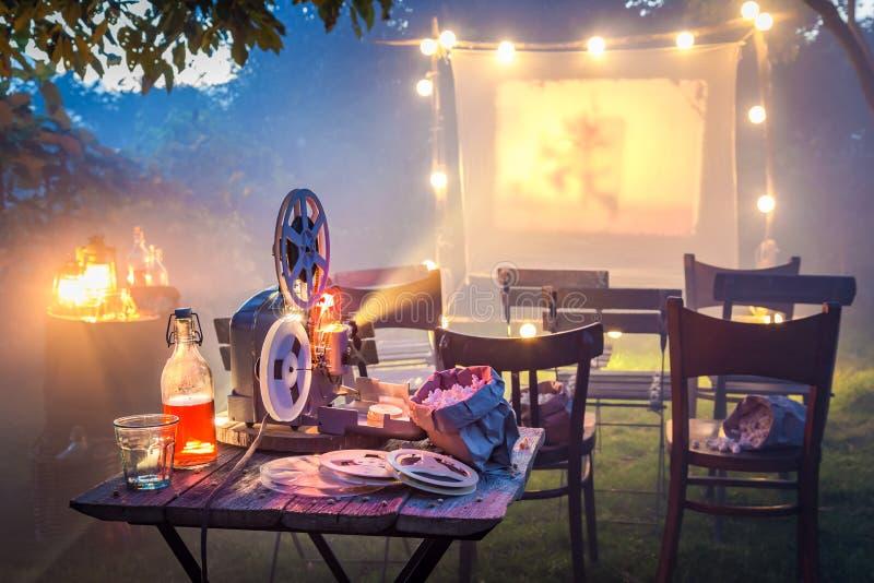 Cinema pequeno no jardim do verão na noite fotografia de stock