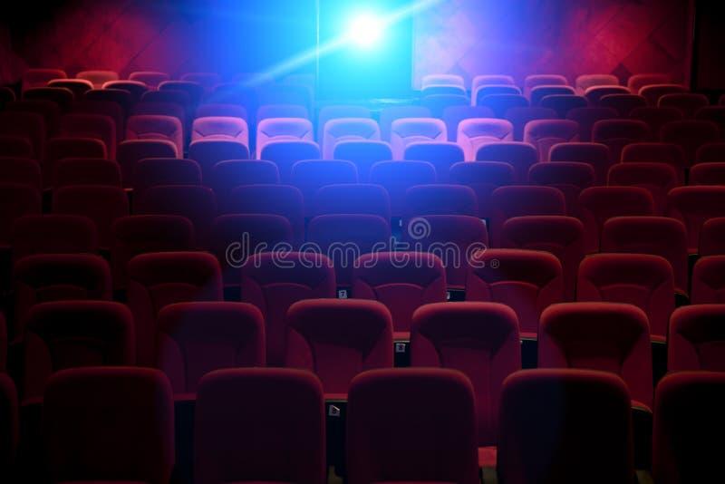 Cinema vazio com luz da projeção fotos de stock royalty free