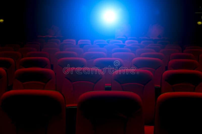 Cinema vuoto con la luce della proiezione immagini stock