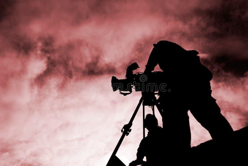 Cineoperatore con la siluetta fotografie stock