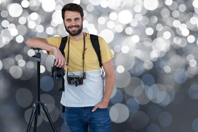 Cineoperatore sorridente su un fondo del riflettore fotografia stock