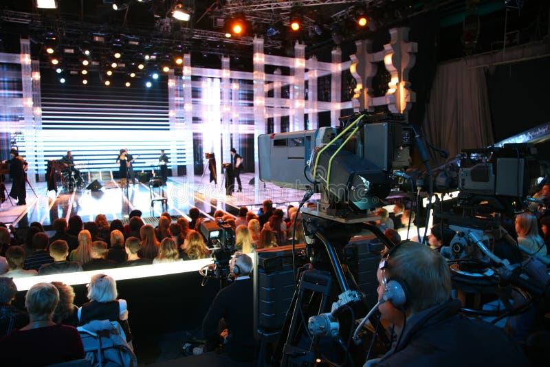 Cineoperatore sull'esposizione di TV fotografie stock