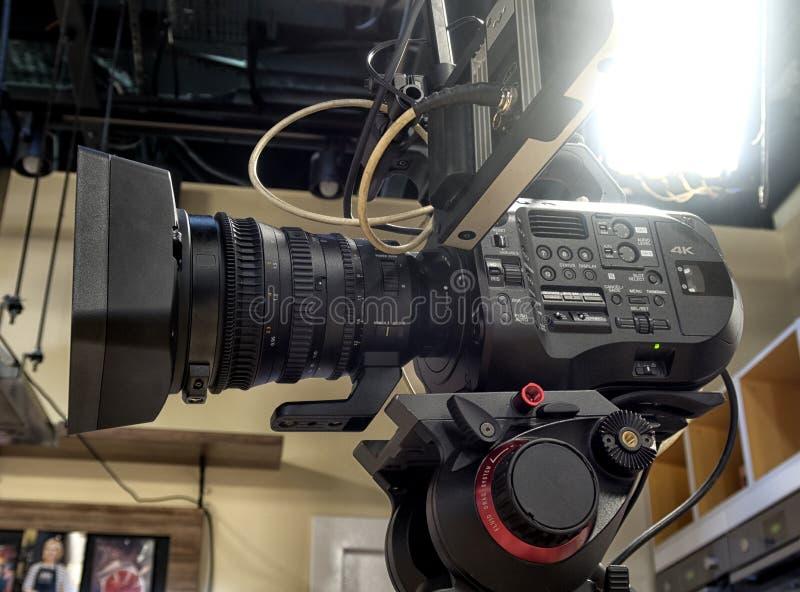 Cinepresa di televisione in uno studio fotografie stock libere da diritti