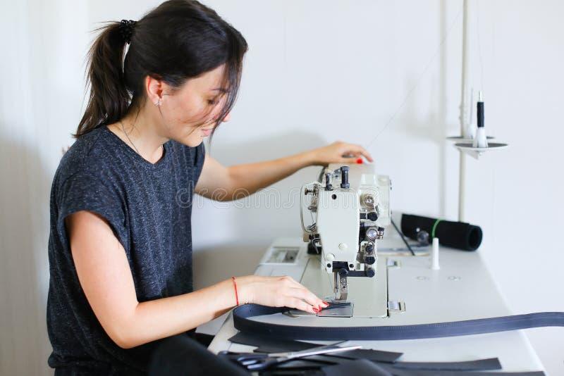 Cinghia di cucito della cucitrice facendo uso della macchina per cucire immagine stock