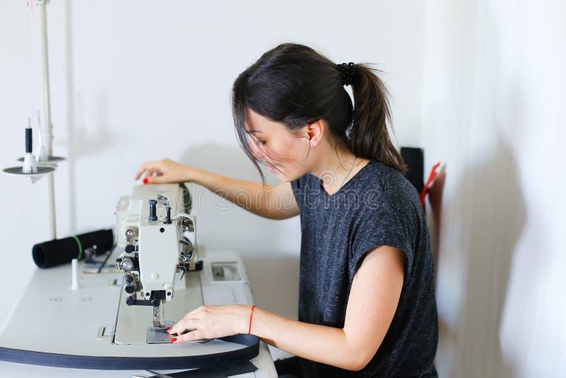 Cinghia di cucito della cucitrice facendo uso della macchina per cucire fotografie stock libere da diritti