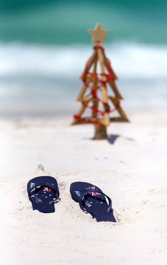 Cinghie della bandiera dell'Australia su una spiaggia sabbiosa bianca al Natale immagini stock