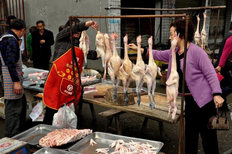 Cinglement d'ao, Chine : Femme achetant les poulets frais photo libre de droits