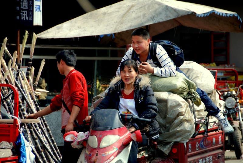 Cinglement de Tai, Chine : Mère et fils sur le chariot de moto image stock