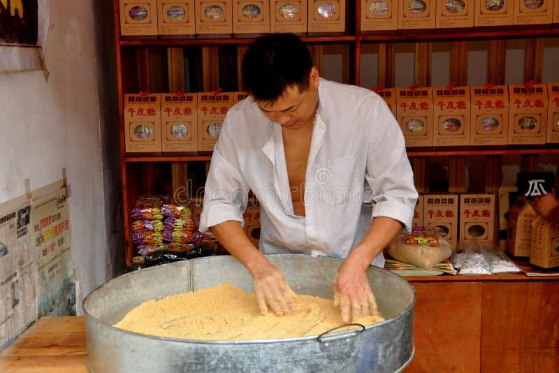 Cinglement le, Chine : Homme effectuant la sucrerie photos stock