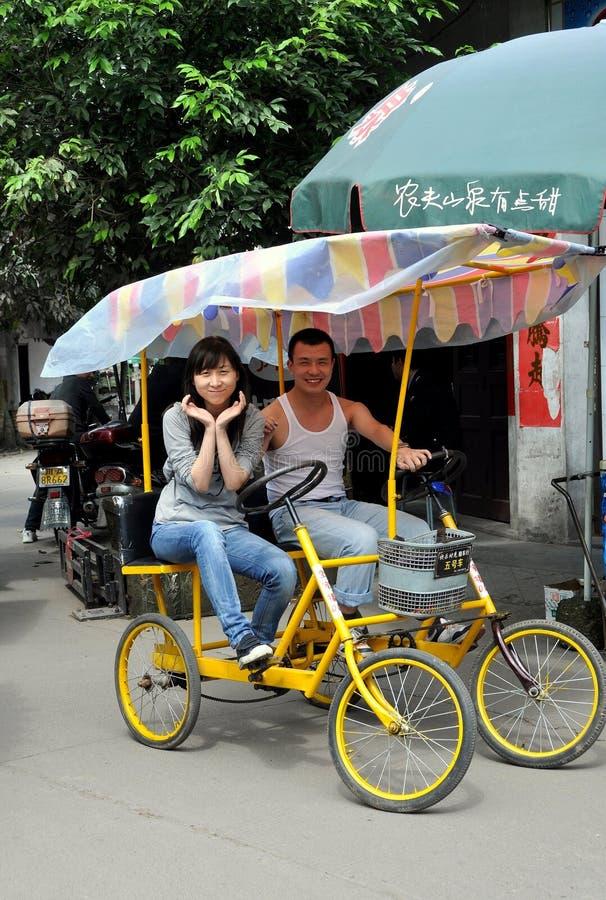 Cinglement le, Chine : Jeunes couples dans la double bicyclette photos stock