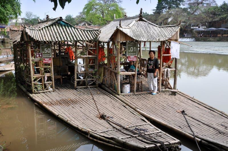 Cinglement le, Chine : Radeaux de touristes en bambou images libres de droits