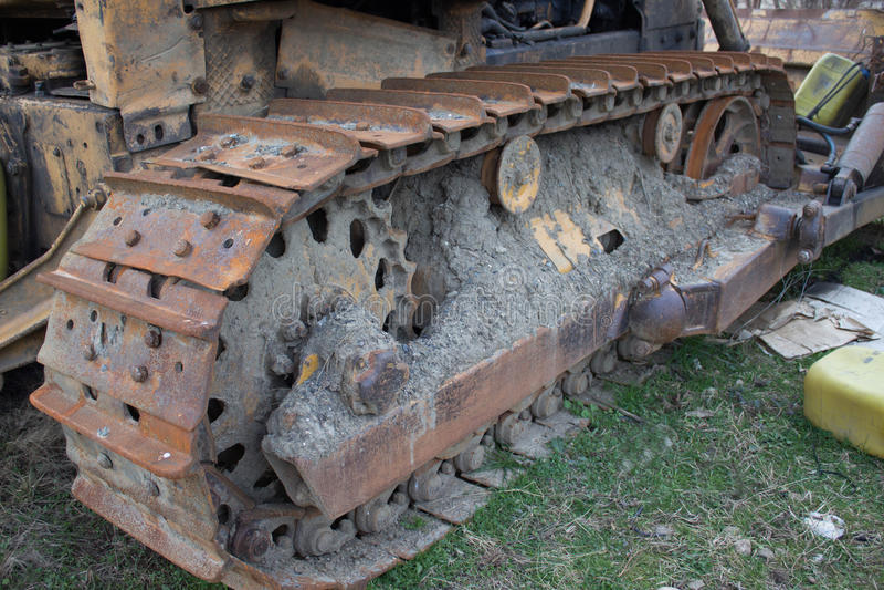 Cingoli continui del bulldozer Vecchio bulldozer abbandonato Vecchi bulldozer arrugginiti e stagionati fotografia stock libera da diritti