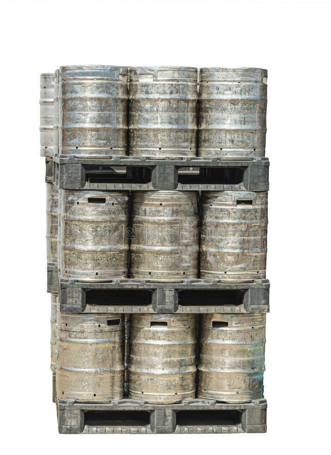 Cinqüênta litros dos tambores de cerveja empilhados sobre se imagens de stock royalty free