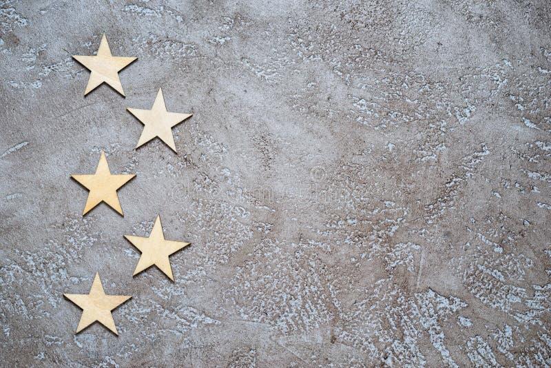 Cinq étoiles en bois photographie stock libre de droits