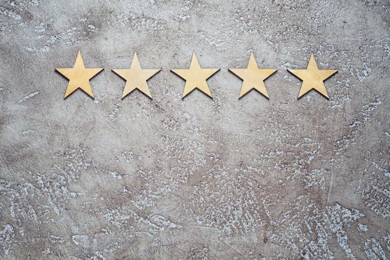 Cinq étoiles en bois photographie stock