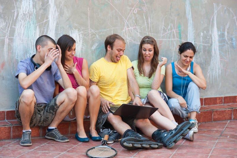 Cinq amis à l'extérieur photographie stock