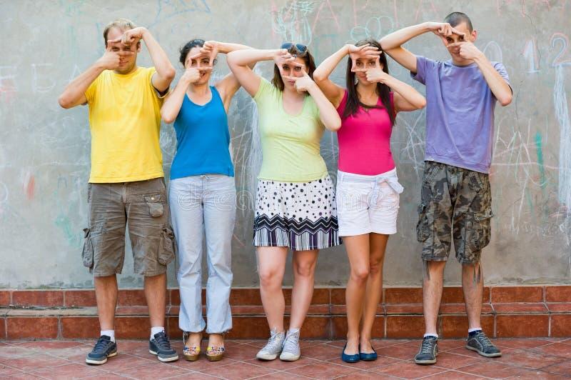 Cinq amis ayant l'amusement photos libres de droits