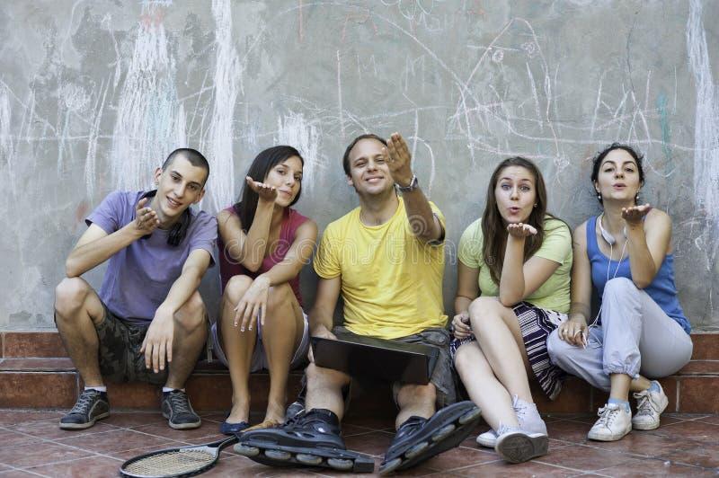 Cinq amis soufflant un baiser, ayant l'amusement photos libres de droits