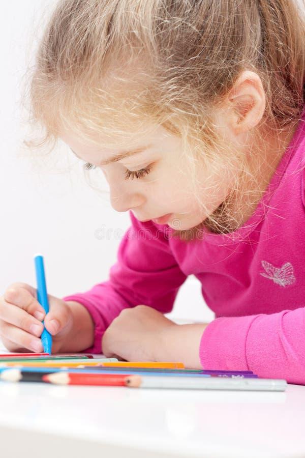 Cinq années d'enfant de fille de photo blonde caucasienne de dessin photographie stock